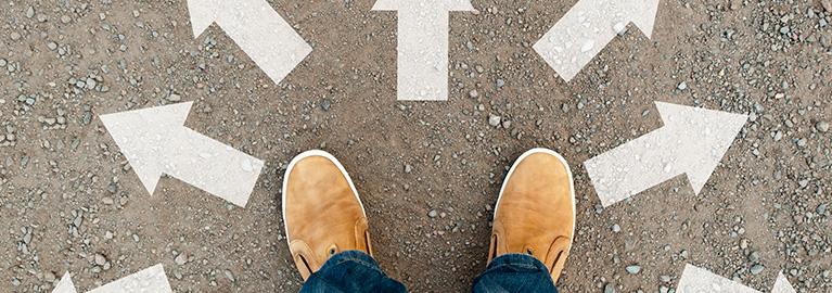voeten met pijlen op de grond