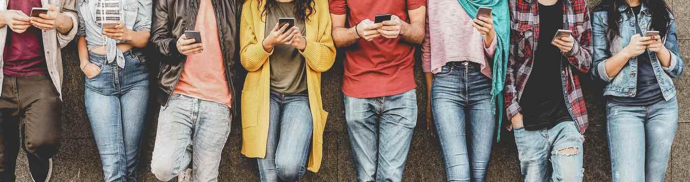 scholieren op een rij met telefoons