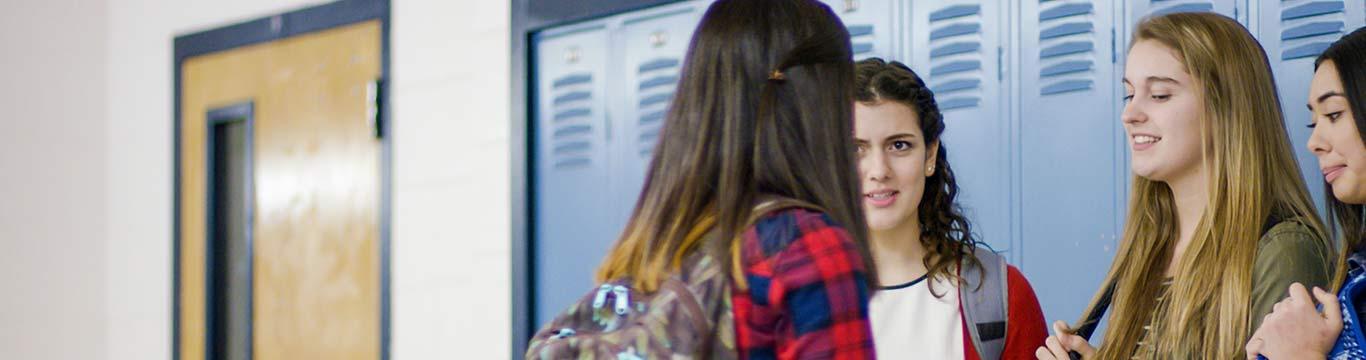middelbare scholieren voor kluisjes op school