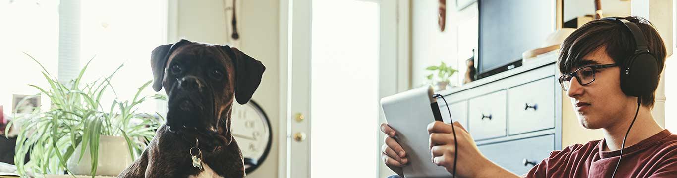 Scholier volgt online onderwijs op tablet