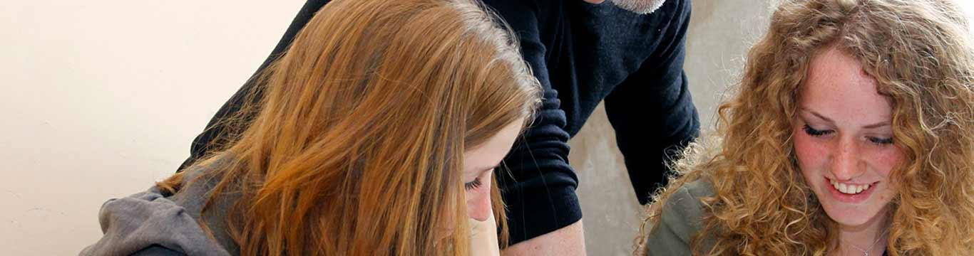 leraar-legt-sommen-uit-aan-twee-meisjes