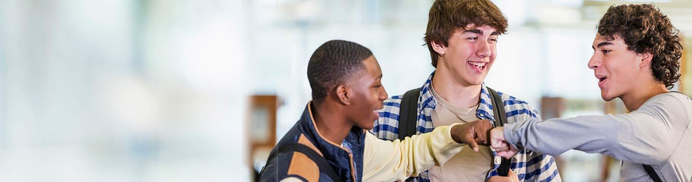 Jongeren geven elkaar een boks